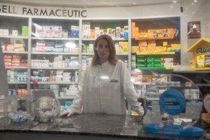 Aina Picornell, tras el mostrador de su farmacia en Mataró.