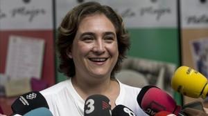 La alcaldesa de Barcelona, Ada Colau, atiende a los periodistas el pasado 14 de agosto.