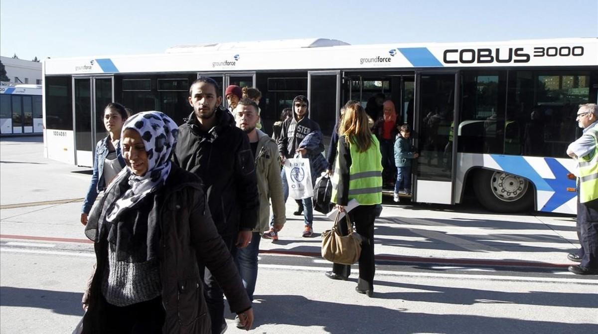 Algunos refugiados a su llegada al aeropuerto Adolfo Suárez Madrid-Barajas.