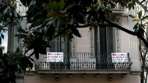 Carteles de pisos de alquiler en Barcelona.