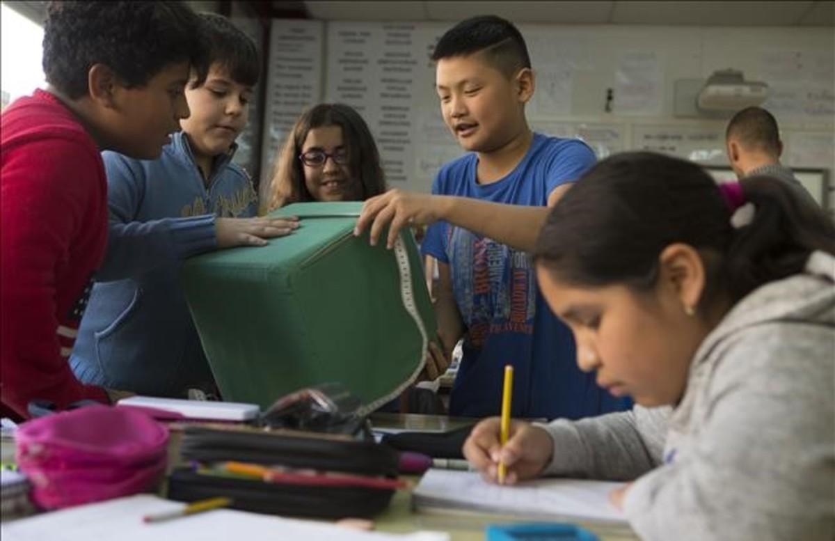 Alumnos de sexto de primaria del colegio Joaquim Ruyra de LHospitalet en una actividad de Geometría.