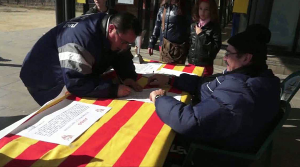 El club recoge firmas para pedir la readjudicación del concurso, arropado por los vecinos del barrio de Porta, en Nou Barris (Barcelona).