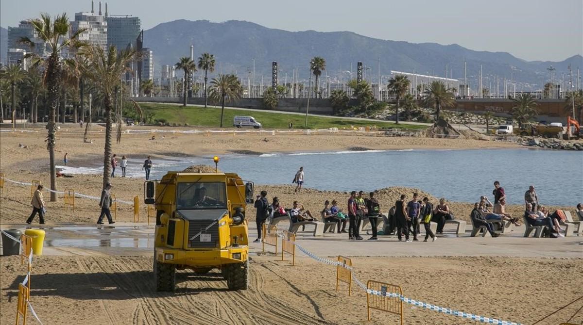 Trabajos de acondicionamiento de las playas de Barcelona tras los temporales de invierno.