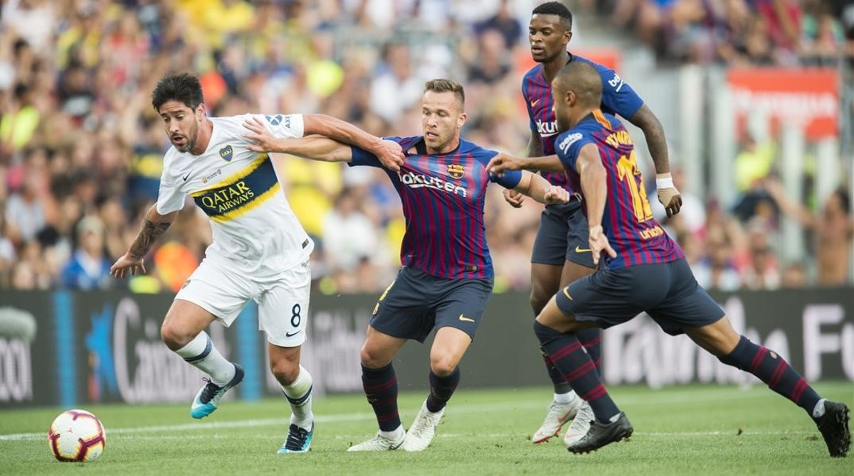 Arthur presiona a Pérez, del Boca Juniors, en la pasada edición del Gamper.