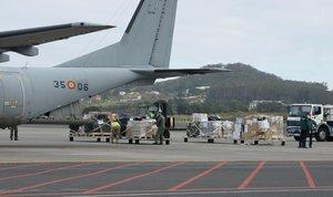 Un avión militar descarga material en Tenerife, esta semana.