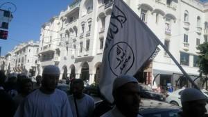 Un grupo de paseantes porta una bandera con los símbolos del Estado Islámico en una avenida de Rabat.