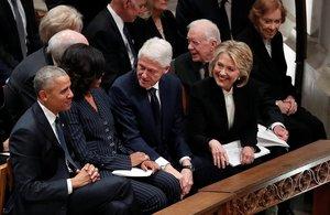 Barack y Michelle Obama, Bill y Hillary Clinton, y Jimmy y Rosalynn Carter, antes de la celebración del funeral de George H. W. Bush.