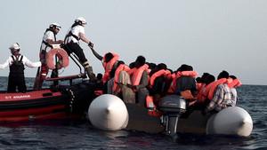Rescate de algunos de los inmigrantes que traslada el barco 'Aquarius'.