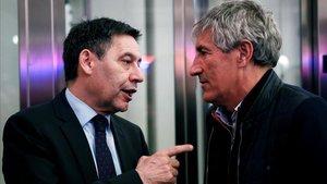 Bartomeu y Setién charlan durante la inauguración de la tienda del Barça en las Ramblas.