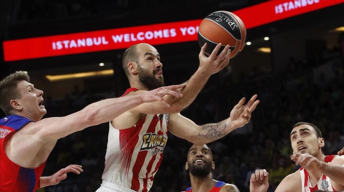 El base griego del Olympiacos Vassilis Spanoulis entra a canasta durante la semifinal de la final four de la Euroliga contra el CSKA.