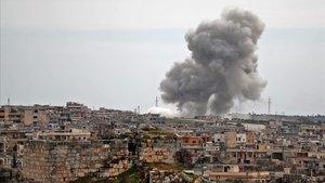 Bombardeo en el poblado de al-Bara, en la provincia de Idleb, el jueves, antes de iniciarse el alto el fuego.