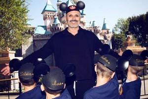 Miguel Bosé, con sus hijos en Disneylandia, en un detalle de lafoto que ha publicado en su cuenta de Instagram.
