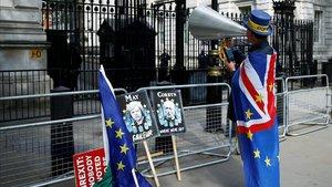 Un británico 'anti-brexit' protesta frente a Downing Street.
