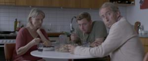 El protagonista debe volver a casa con sus padres tras su riña con su mujer.