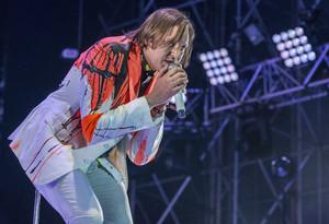 El cantant d'Arcade Fire, Win {Butler}, en plena actuació, ahir a la nit al Primavera Sound.