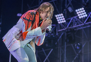 El cantante de Arcade Fire, Win Butler, en plena actuación, anoche en el Primavera Sound.