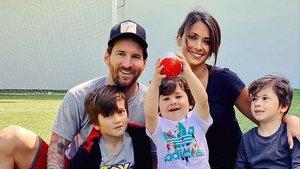Leo Messi posa con su mujer Antonella Rocuzzo y sus tres hijos.