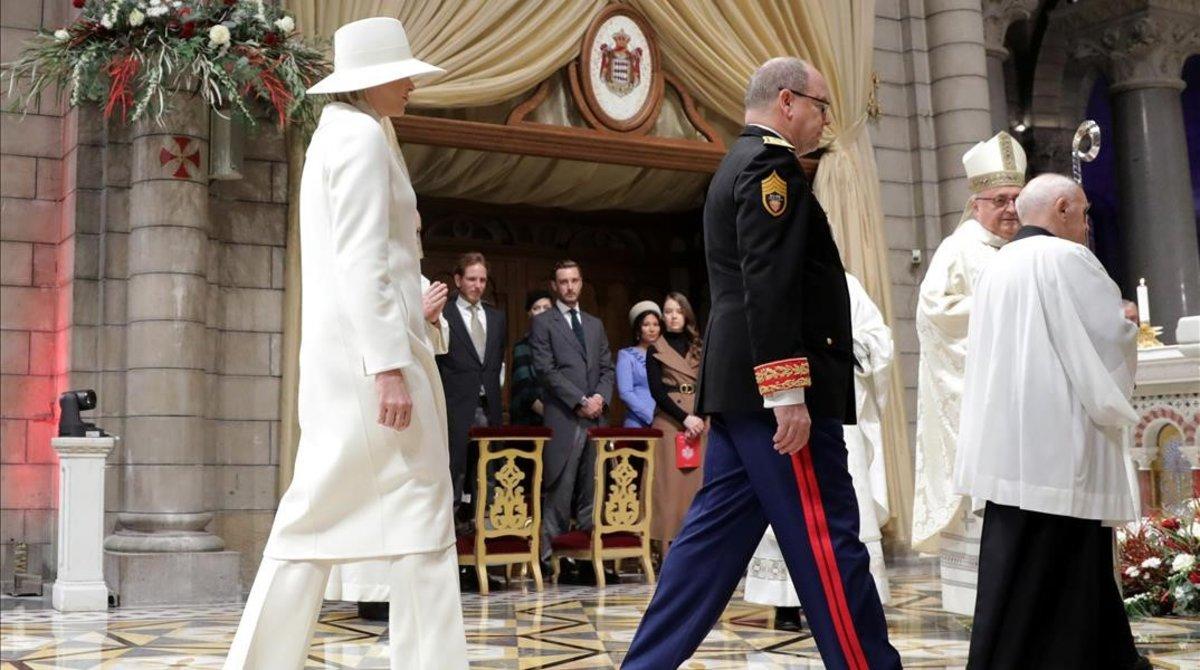 El príncipe Alberto y su mujer,la princesa Charlene entran en la catedral, donde se ha celebrado una misa con motivo del Día Nacional de Mónaco.