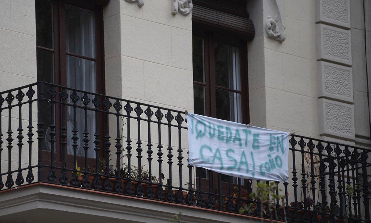 Cartel animando a cumplir el confinamiento en casa, en un balcón de Barcelona, el 22 de abril.