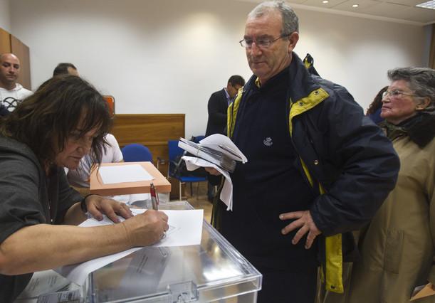 Un cartero entrega los votos por correo a una mesa electoral en una imagen de archivo