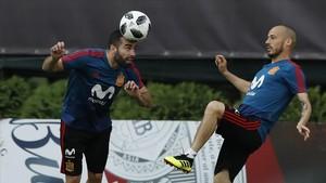 Carvajal, junto a Silva, en un entrenamiento de la selección española en Krasnodar.