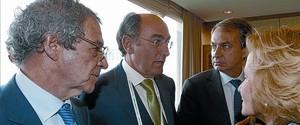César Alierta, primer per l'esquerra, amb el president d'Iberdrola, Ignacio Sánchez Galán, el president del Govern, José Luis Rodríguez Zapatero, i la vicepresidenta Elena Salgado, ahir, a Seül.