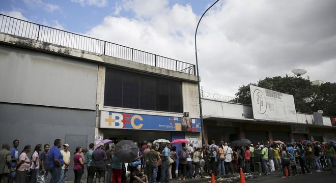 En Venezuela, la vida se pasa haciendo colas