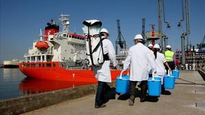 Llegada al puerto de Barcelona del barco cargado con agua procedente de Tarragona.
