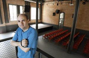 El 'coleccionista' de conciertos Jordi Sugranyes, en el interior de la antigua fábrica Damm.