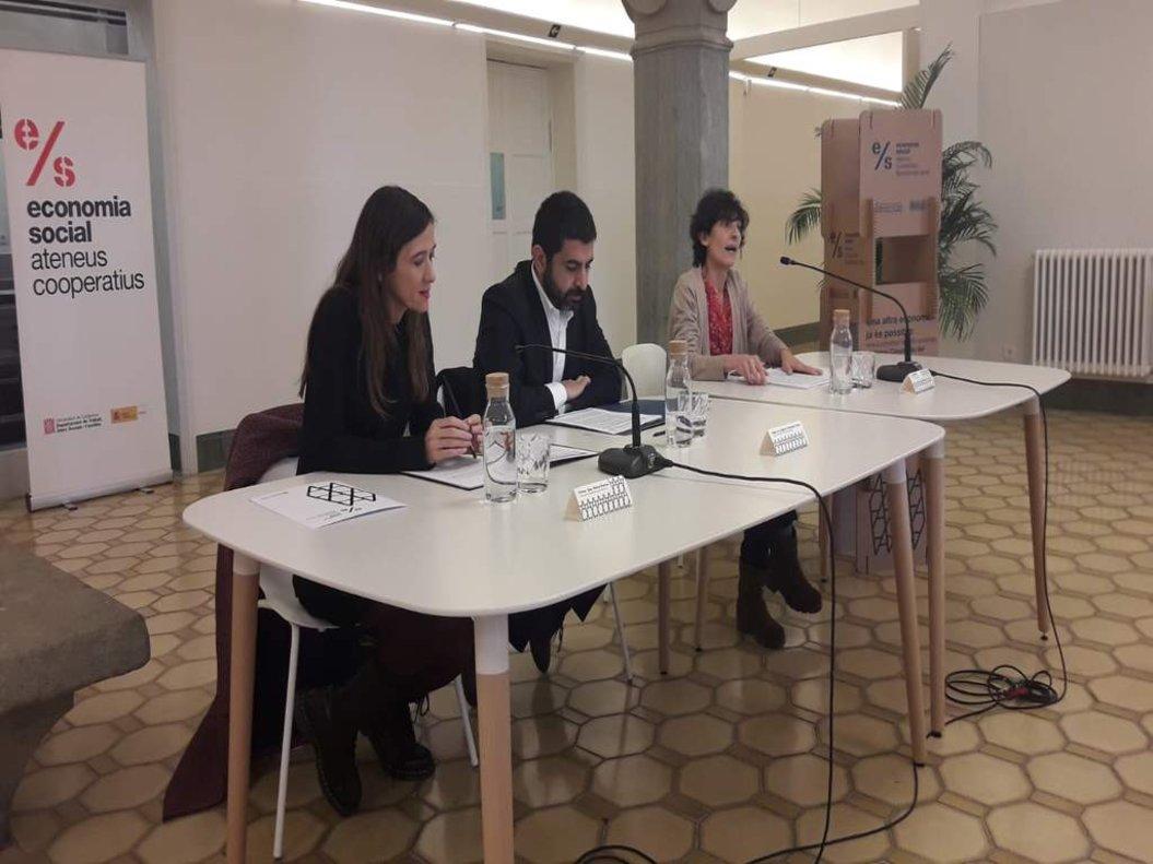 El conseller de Trabajo, Asuntos Sociales y Familias, Chakir El Homrani, y la alcaldesa de Santa Coloma, Núria Parlon, en la presentación.