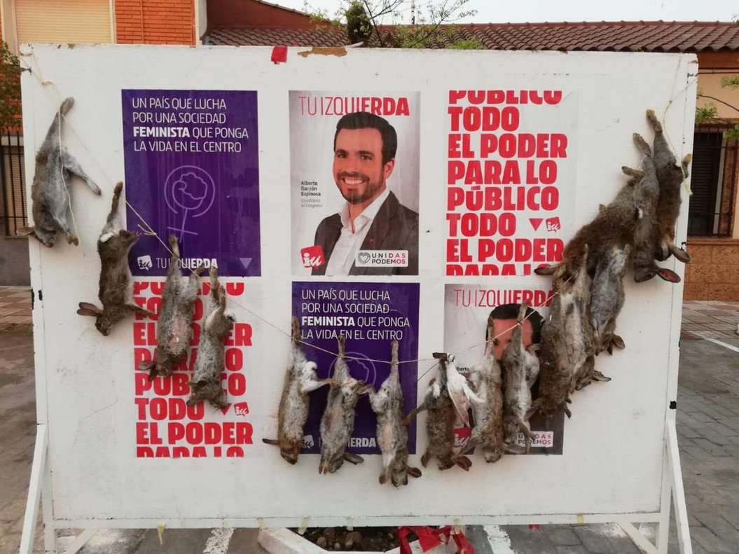Cuelgan conejos muertos en un cartel electoral de Alberto Garzón (IU)