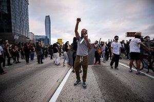 -FOTODELDÍA- EPA9988. LOS ÁNGELES (ESTADOS UNIDOS), 30/05/2020.- Un ciudadano alza el puño durante una manifestación convocada tras la muerte del afroamericano George Floyd a manos de la policía el lunes pasado en Mineápolis, este sábado en la Ruta 110 de Los Ángeles, California, Estados Unidos. Los disturbios raciales por la muerte del afroamericano George Floyd a manos de la policía el lunes pasado en Mineápolis, se extendieron por ciudades de todo Estados Unidos, con incendios, saqueos y enfrentamientos entre manifestantes y agentes antidisturbios. Floyd, de 40 años, falleció el lunes cuando era detenido bajo la sospecha de haber intentado usar un billete falso de 20 dólares en un supermercado. EFE/Etienne Laurent