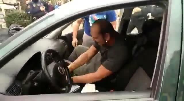 Dos individuos destrozan su coche tras ser multados en Valencia.