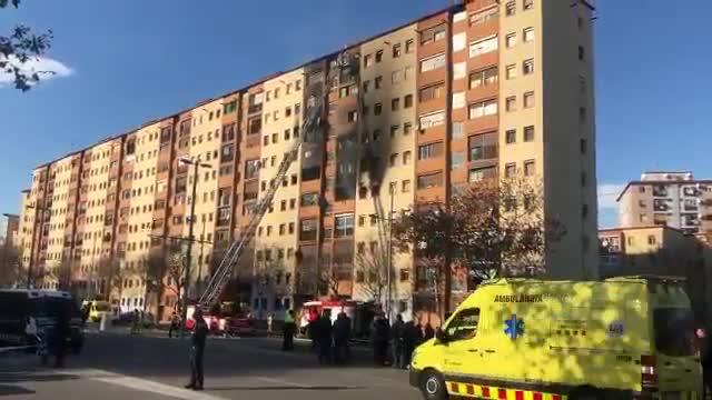 Edificio incendiado en Badalona. Elfuego ha causado tres muertos y una quincena de heridos.