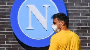Eljif Elmas, a su llegada a la ciudad deportiva del Nápoles el pasado martes para hacerse un test PCR.
