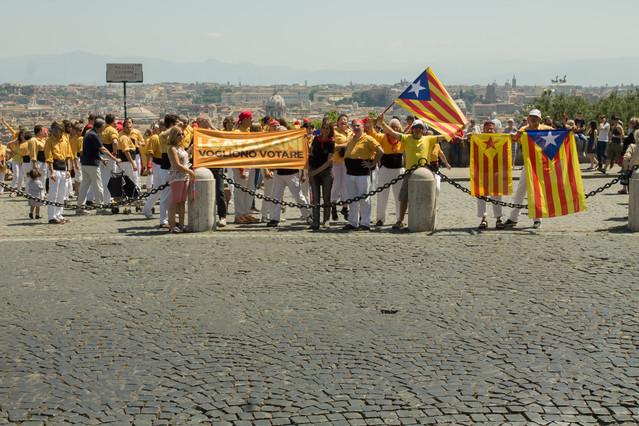 Els Bordegassos de Vilanova despleguen una pancarta a favor de la consulta abans denfilar la seva torre.