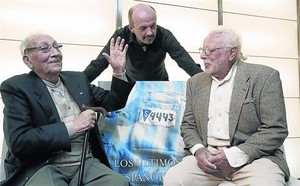 Els supervivents José Alcubierre (esquerra) i Sigfried Meir i Carlos Hernández (dret), autor del llibre, ahir a Madrid.