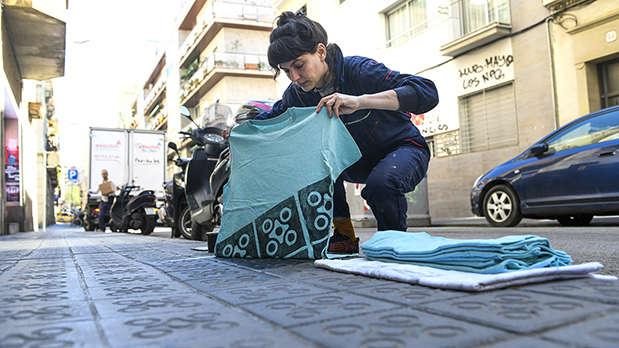 Emma France Raff estampa una camiseta sobre la acera de la calle Sant Lluís, en Gràcia.