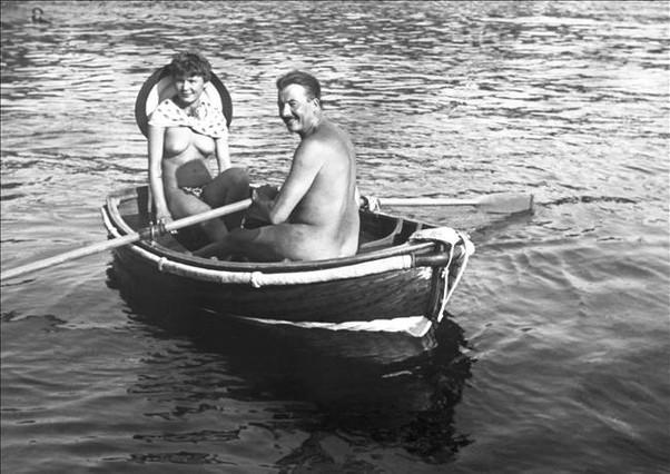 Una pareja practica al unísono el nudismo y el remo.