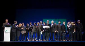 GRA240. SEVILLA, 28/01/2017.- El equipo de El hombre de las mil caras en el escenario tras recibir el Premio a la Mejor Película durante la 29 Gala de entrega de premios de la Asociación de Escritoras y Escritores de Andalucía (Asecan), celebrada hoy en el Teatro Lope de Vega de Sevilla. EFE/Raúl Caro