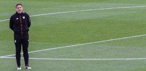 GRAF229 BILBAO (Pais Vasco), 2/12/2018.-El entrenador argentino del Athletic de Bilbao, Eduardo Berizzo,c., durante el entrenamiento que el equipo ha celebrado hoy para preparar el encuentro de liga que mañana disputarán contra el Levante en el estadio Ciutadad de Valencia. EFE/MIGUEL TOÑA