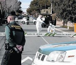 El escenario. Agentes de policía científica de la Guardia Civil analizan el lugar de los hechos.