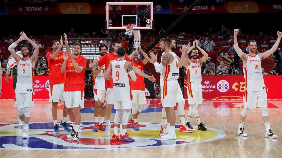 Los jugadores de España celebran la victoria y el pase a la final