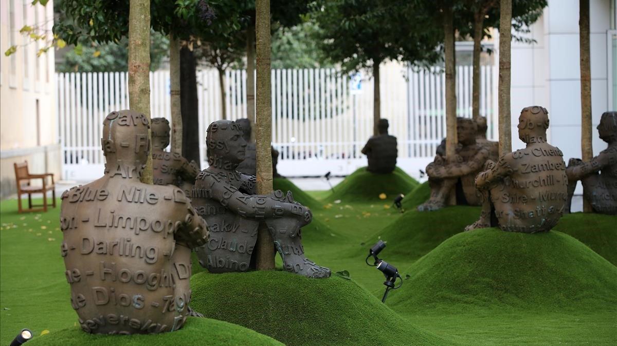 La exposición de Plensa en el Macba se extiende a una zona al aire libre compartida con el CCCB con autorretratos en bronce del artista abrazado a los árboles.