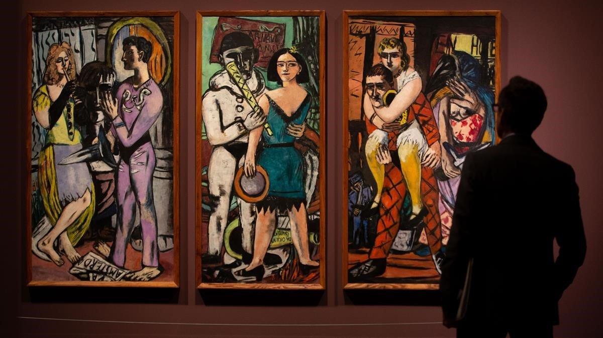 Un visitante recorre el CaixaForum de Barcelona,en elque se exponemedio centenar de obras del artista Max Beckmann.