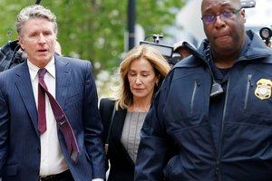 Felicity Huffman, a su llegada al juzgado en Boston, acompañada por su hermano (izq.),Moore Huffman.