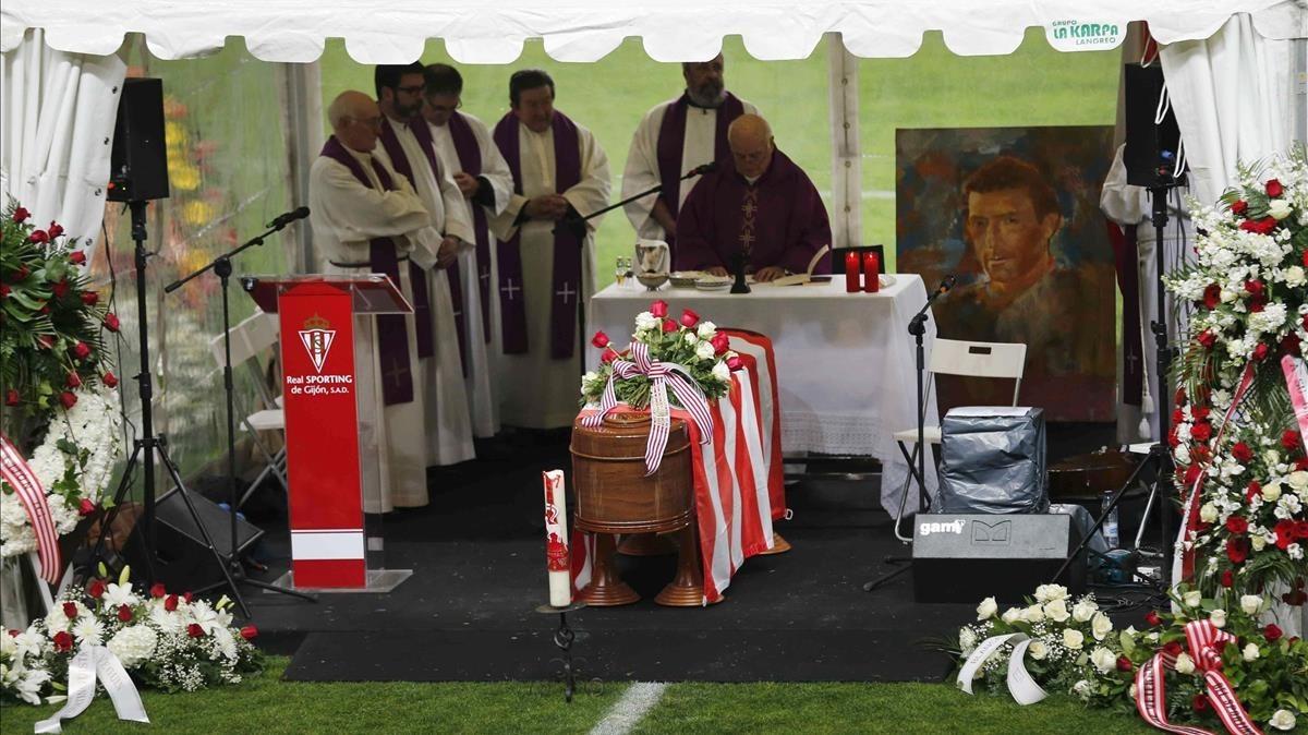 El féretro con los restos de Quini, durante el funeral celebrado en El Molinón.