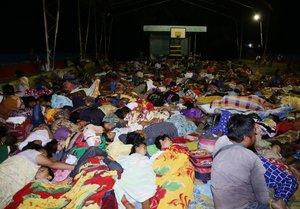 Miles de personas se han refugiado tras el terremoto de 6.6 que sacudió el país el martes.