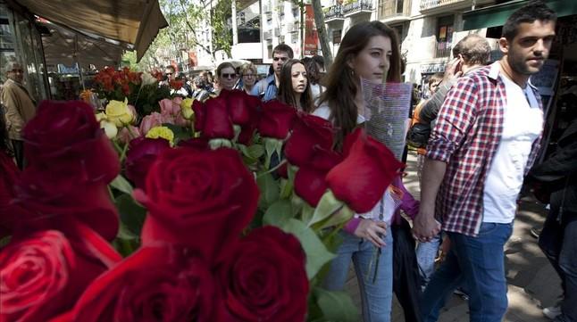 Flores en las paradas de Sant Jordi de la Rambla de Barcelona, el año pasado.