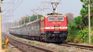 Fotograma donde se puede observar un tren indio.